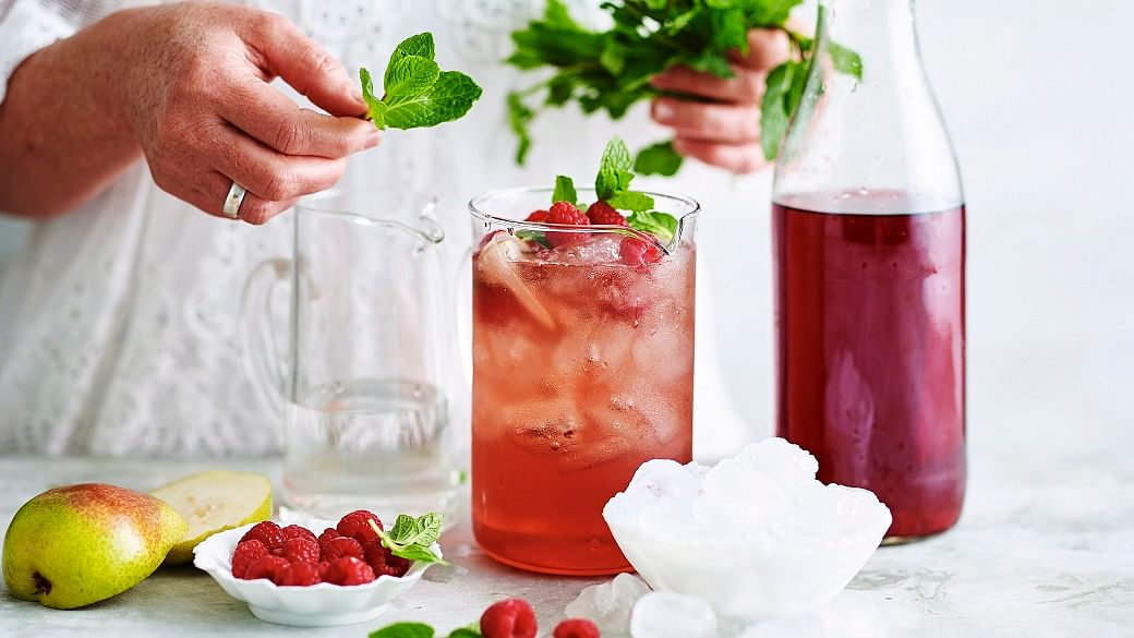 10 Easy Last-Minute Christmas Cocktails (& Alcohol-Free Versions)