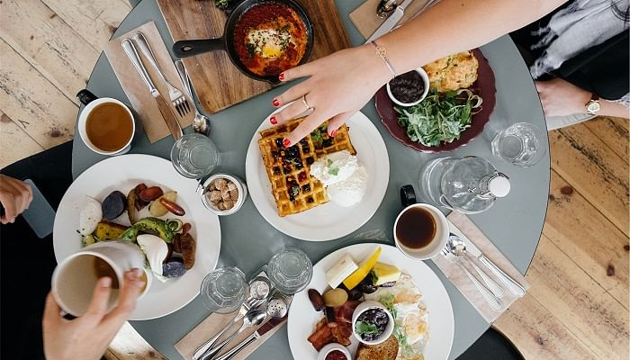 4 Ways To Dine With Friends If You're On A Budget