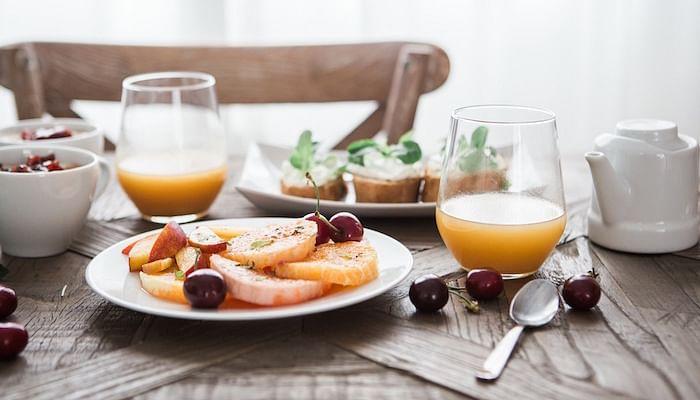 brunch_fruits_bruschetta_juices