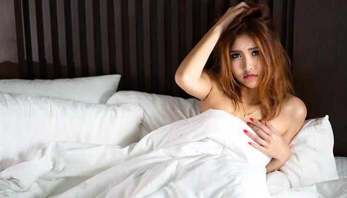 woman naked in bed