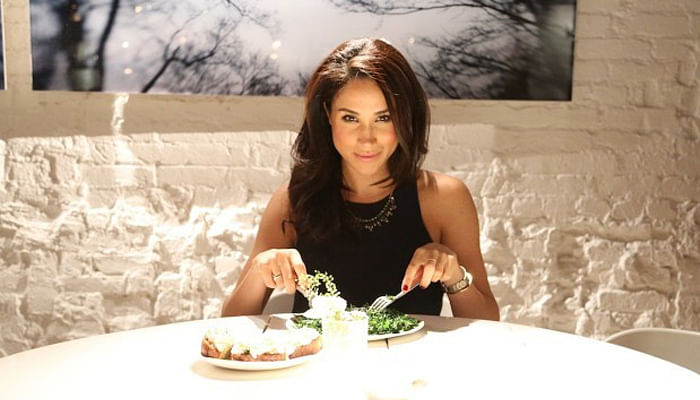 Meghan-Markle-eating-in-a-restaurant-700-x-400