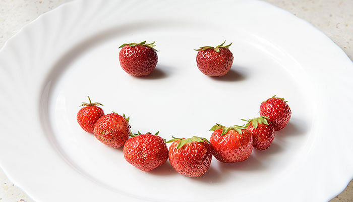 strawberries-smiling-face-on-white-plate