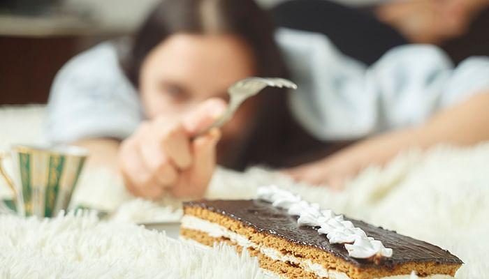 woman-binge-eat-chocolate-cake