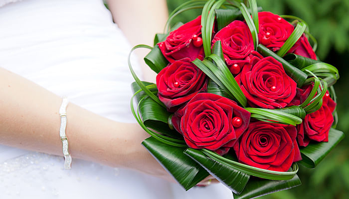 woman-bride-wedding-marriage-red-roses-bouquet