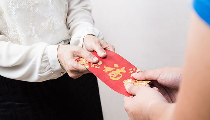 woman-receiving-ang-bao-during-CNY-Lunar-New-Year
